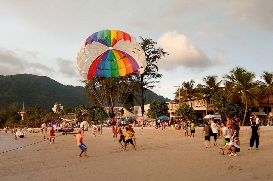 A Chinese tourist injured after fall from parasail ride on Patong Beach | The Thaiger