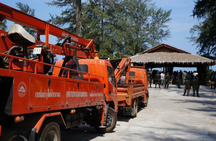 DSI visits Laypang Beach to recover encroached land from illegal businesses | The Thaiger