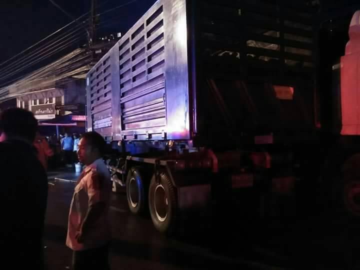 18 ล้อซิ่งฝ่าสายฝน เสียหลักพุ่งข้ามเกาะกลาง ถนน ชนรถที่จอดริมถนนพังยับนับสิบคัน บาดเจ็บ 5 ราย สาหัส 1 | News by The Thaiger
