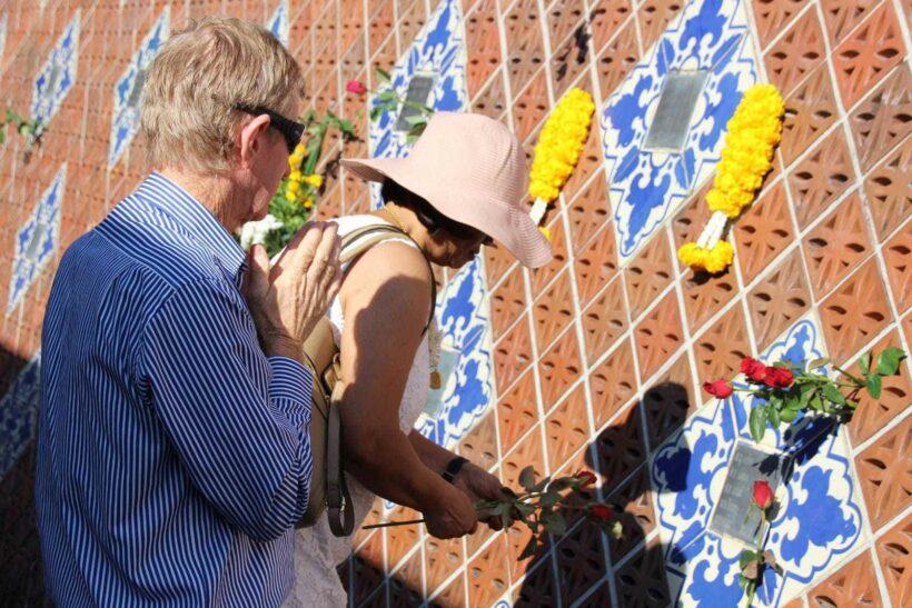ชาวบ้านน้ำเค็ม จ.พังงา และญาติผู้เสียชีวิต ร่วมรำลึก 13 ปี สึนามิ พร้อมไว้อาลัยผู้เสียชีวิตและวางช่อดอกไม้ เพื่อร่วมรำลึกถึงผู้ที่จากไป   The Thaiger