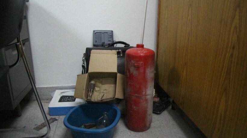 จับ 2 หนุ่มชาวยะลา ฉี่ม่วง ส่อพิรุธ เข้าค้นบ้านพัก ตะลึง! พบอุปกรณ์ใช้ประกอบระเบิดจำนวนมาก | The Thaiger