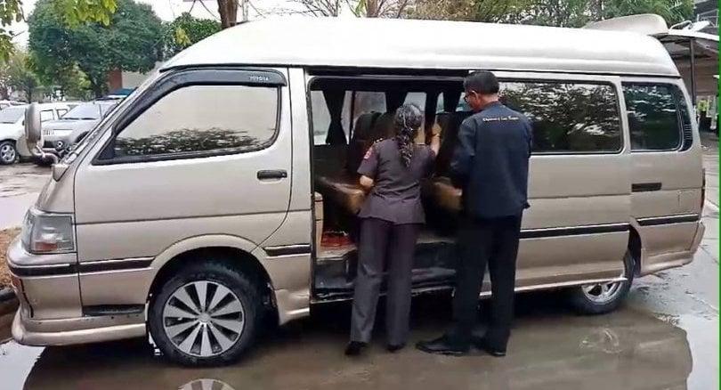 Seven students faint in Ayutthaya school van | Thaiger