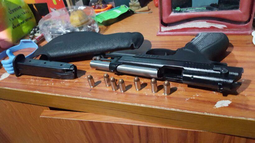 รวบโจ๋ที่ยิงปืนใส่กลุ่มวัยรุ่นบาดเจ็บสาหัส พร้อมยึดอาวุธปืนที่ใช้ในการก่อเหตุ เจ้าตัวปฏิเสธข้อหาร่วมกันพยายามฆ่าผู้อื่นฯ | The Thaiger