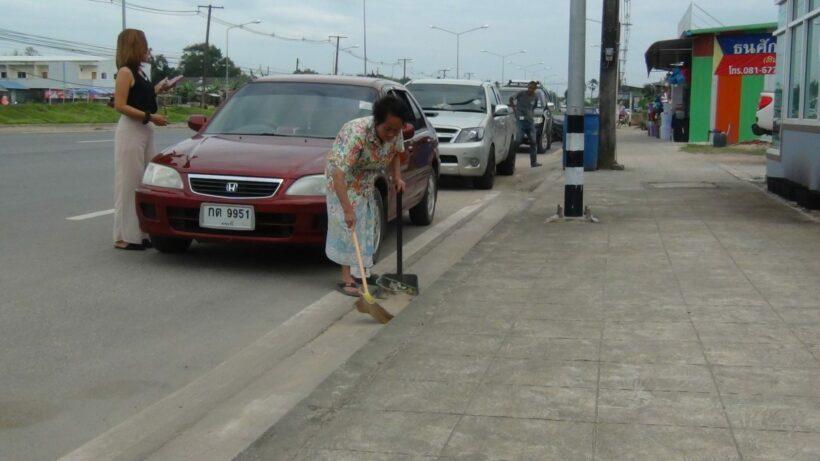 ชื่นชมคุณยายวัย 67 ปี อาสากวาดขยะ เช้า-เย็น 2 ข้างถนนทุกวัน รวมระยะทางกว่า 1 กิโลเมตร มานานกว่า 5 ปี เผยได้ทำแล้วสบายใจ | The Thaiger