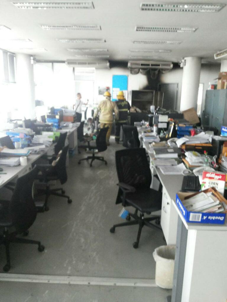 เพลิงไหม้เครื่องปรับอากาศ ชั้น 4 ธนาคารกสิกรไทย สาขาภูเก็ต เสียหายเล็กน้อย เจ้าหน้าที่ควบคุมเพลิงได้อย่างรวดเร็ว   News by The Thaiger