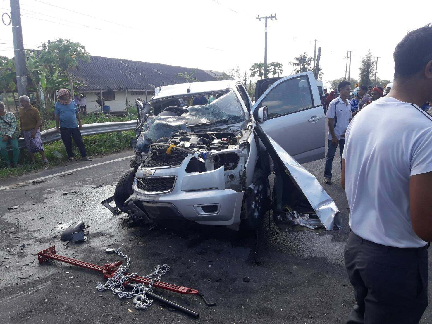 Pick-up and van crash in Krabi kills the driver and injures 10 | The