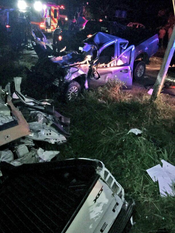 รถกระบะเสียหลักพุ่งข้ามเกาะกลาง ชนรถวิ่งสวน ดับ 4ศพ เด็ก 6 ขวบ รอดชีวิต | The Thaiger