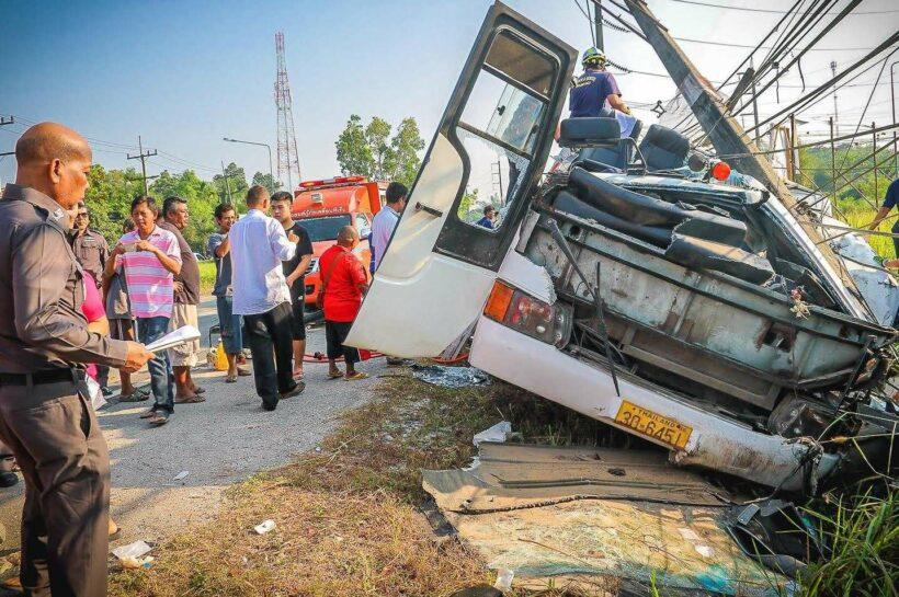 อุบัติเหตุรถทัวร์นักท่องเที่ยวจีนชนเสาไฟฟ้าถนนเพชรเกษม จ.พังงา คนขับดับ นักท่องเที่ยวเจ็บนับสิบคน | The Thaiger