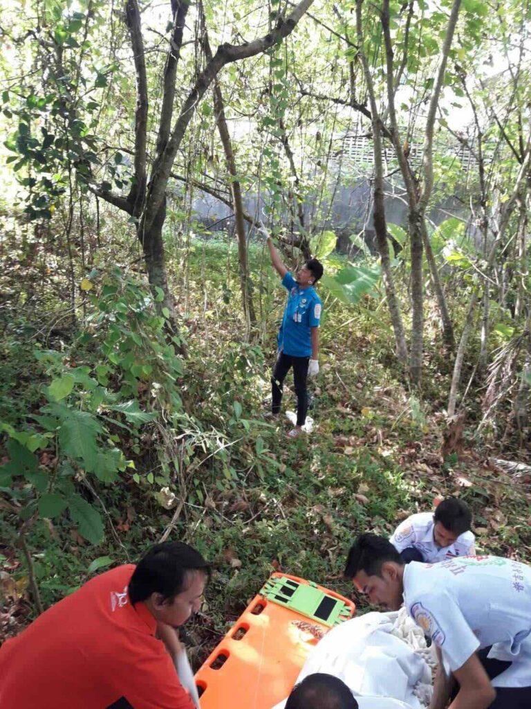 พบศพนักท่องเที่ยวชาวต่างชาติผูกคอตายในป่าละเมาะพื้นที่อ.กะทู้ ยังไม่ทราบสัญชาติ | News by The Thaiger