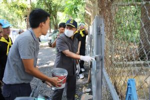 Governor rolls up his sleeves in a clean-up day at Phuket's stray dog shelter | News by Thaiger