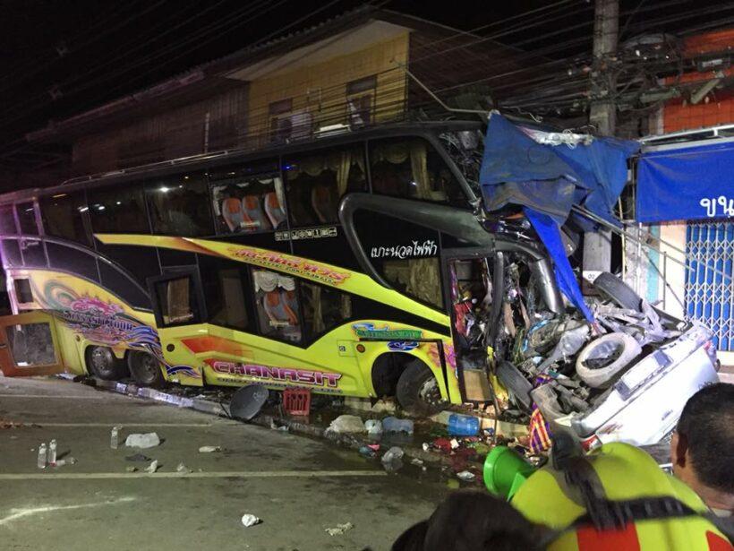 คืบหน้า รถทัวร์ พุ่งชนกับรถกระบะที่ จ.กระบี่ ผู้บาดเจ็บเสียชีวิตเพิ่มอีก 1 คน ขณะรักษาตัวที่โรงพยาบาลกระบี่ รวมมีผู้เสียชีวิต 3ศพ บาดเจ็บ 5 ราย | The Thaiger