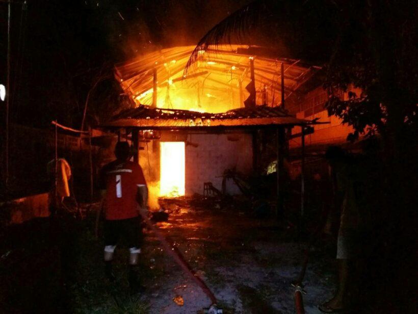 ไฟไหม้บ้านพักครูโรงเรียนบ้านบางเทา ภูเก็ต วอด 2 หลัง คาดว่าน่าจะเกิดจากไฟฟ้าลัดวงจร | The Thaiger
