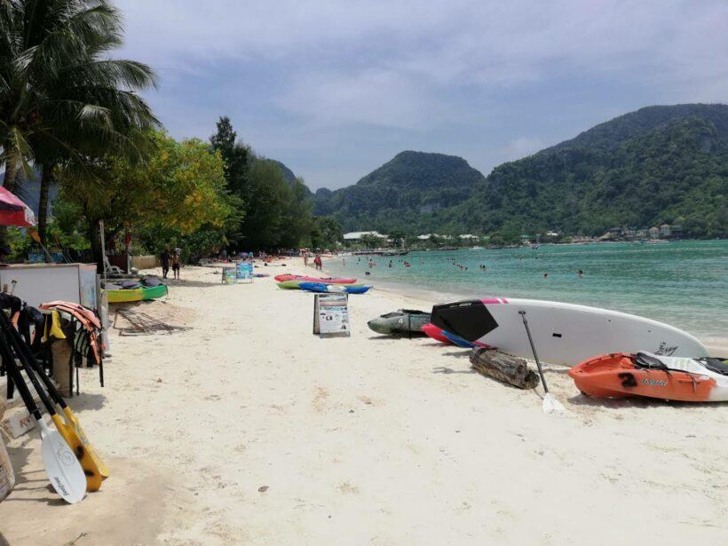 เละ!ป้ายโฆษณาขายบริการนำเที่ยว เรือคายัค วางกีดขวางเกลื่อนตลอดแนวชายหาดเกาะพีพี | The Thaiger