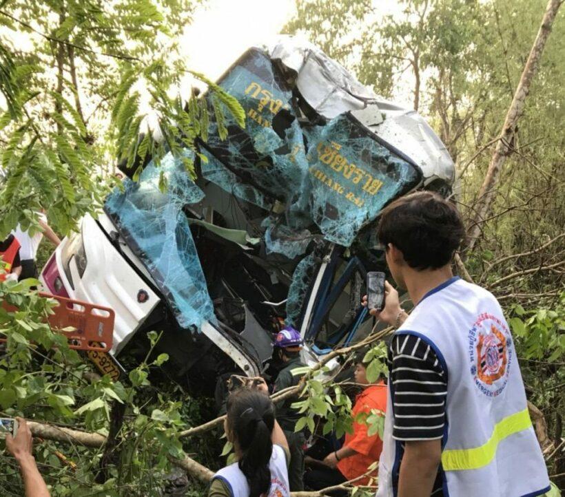 1 killed, 11 injured in Lampang bus crash | News by Thaiger