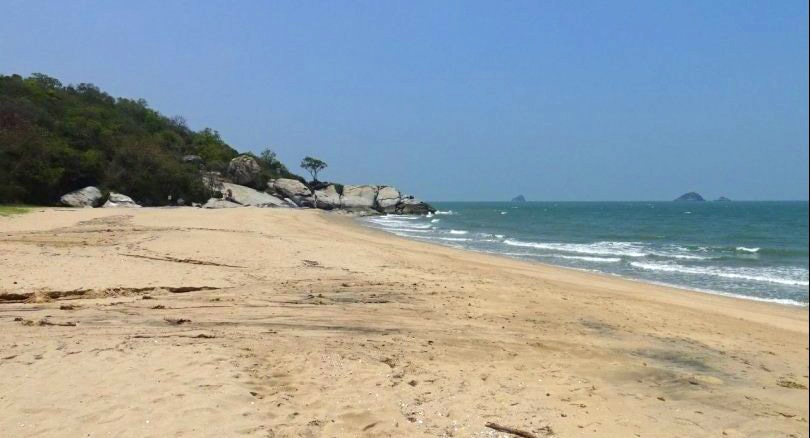 Close the beach, put up signs. Hua Hin tackles a one-in-2-million chance. | News by Thaiger