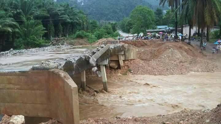 ฝนตกหนัก สะพานข้ามคลองขาดชาวบ้านไม่สามารถข้ามไปมาได้   The Thaiger