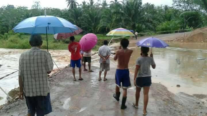 ฝนตกหนัก สะพานข้ามคลองขาดชาวบ้านไม่สามารถข้ามไปมาได้   News by The Thaiger