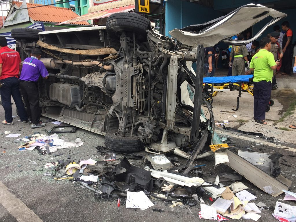 Truck crashes into a van and car - 8 in Chalong hospital | News by Thaiger