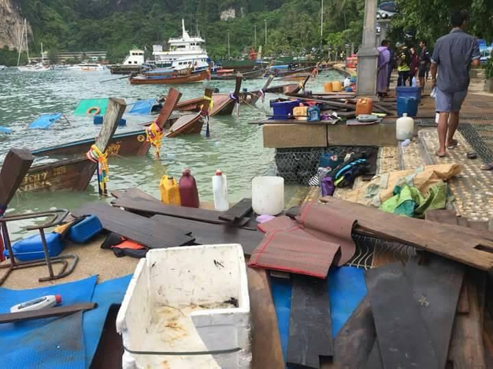 เกาะพีพีคลื่นลมซัดชายฝั่ง เรือหางยาวจม 8 ลำ โชคดีไม่มีผู้บาดเจ็บ | News by The Thaiger