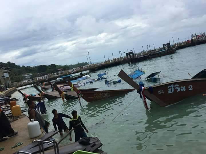 เกาะพีพีคลื่นลมซัดชายฝั่ง เรือหางยาวจม 8 ลำ โชคดีไม่มีผู้บาดเจ็บ | The Thaiger