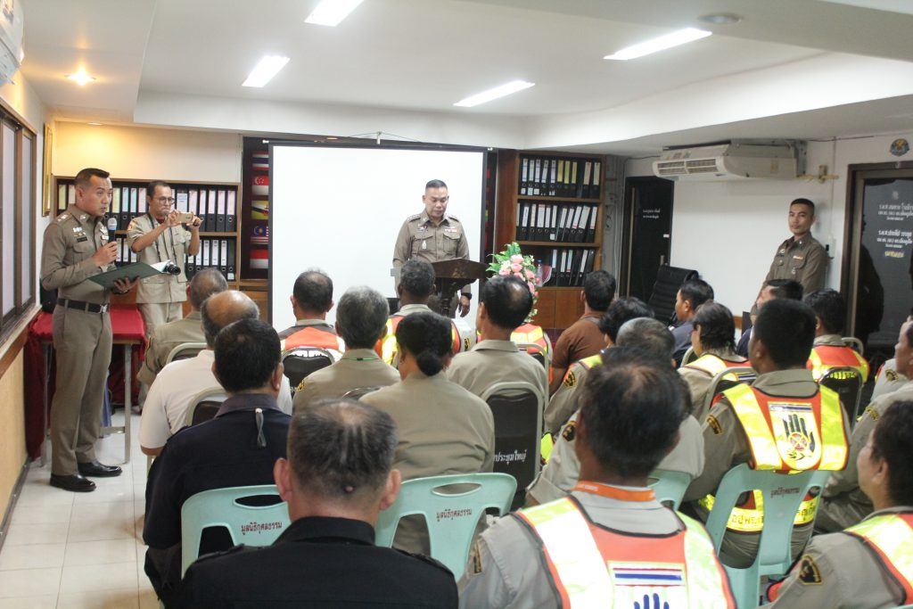 Volunteer training to get ready for school-term traffic snarls | News by The Thaiger