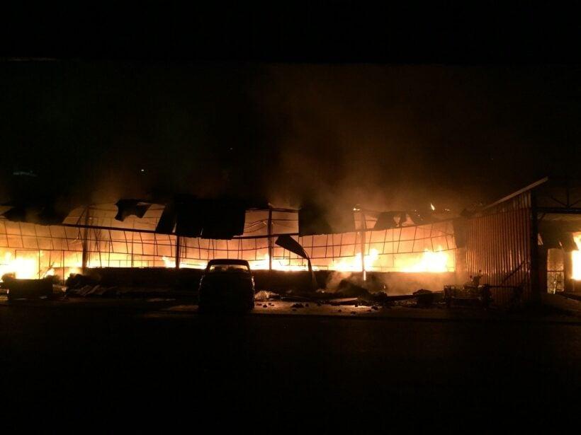 กิดเหตุเพลิงใหม่ในตลาดท้ายรถเก่า กลางเมืองภูเก็ต  ร้านค้าสียหายประมาณ 80 ร้าน | The Thaiger