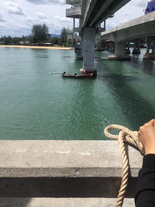 หนุ่มคิดสั้น โดดสะพานสารสินหวังฆ่าตัวตาย เรือประมงช่วยได้ทันควัน | News by The Thaiger