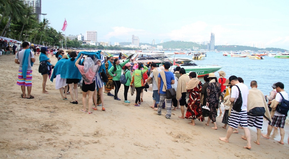Pattaya tour boat operators continue to use beachfront | News by Thaiger
