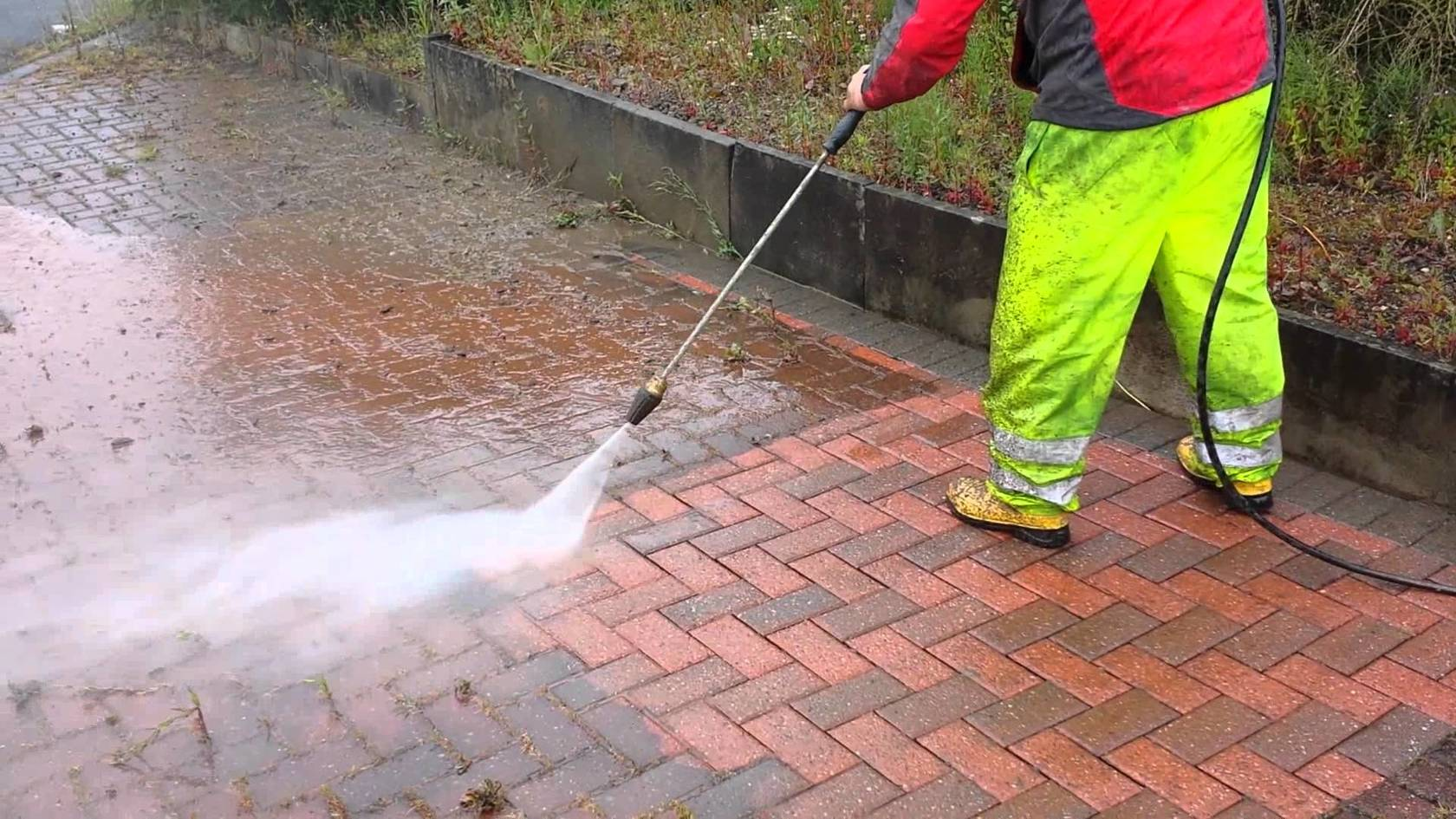 Cleaning the concrete and paving in Thailand | The Thaiger