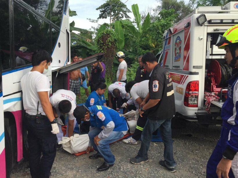 รถทัวร์ยุบตัวขณะซ่อม ช่างถูกหนีบเสียชีวิต | The Thaiger