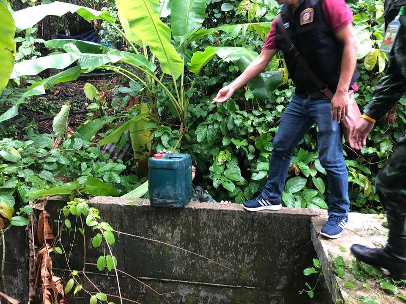 ปิดเงียบ ! ตำรวจ–ทหาร ค้นเป้าหม้าย ผงะเจออุปกรณ์ และสารตั้งต้นในการผลิตระเบิด | News by The Thaiger