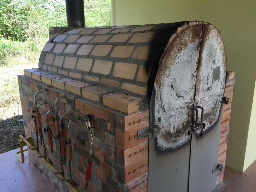 วุ่นหนัก ! ชาวบ้าน เดือดร้อนหลังธุรกิจเผาสัตว์เลี้ยงในพื้นที่ ส่งกลิ่นเหม็น | The Thaiger