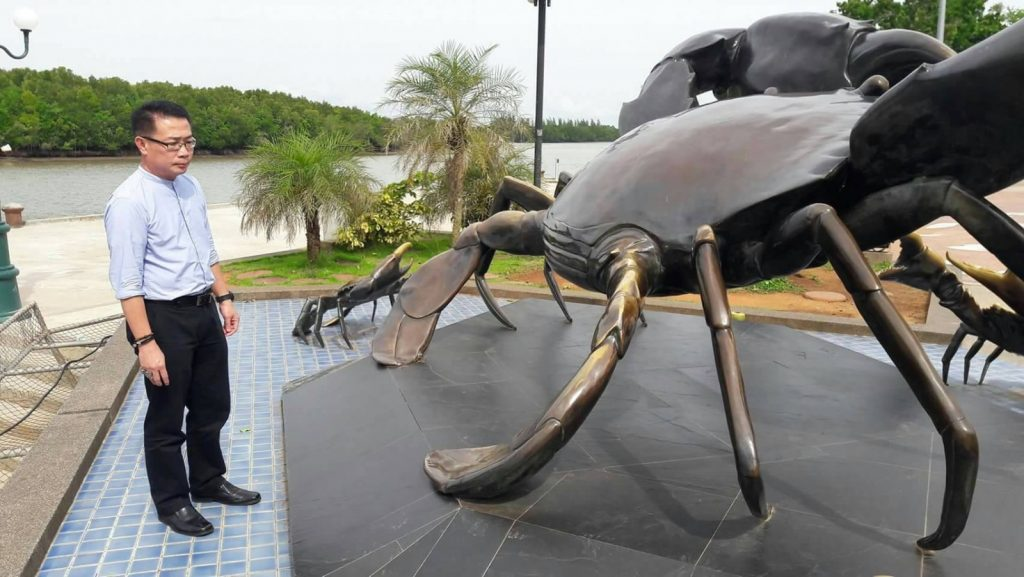 Four more tourists caught climbing crab sculpture in Krabi | News by Thaiger