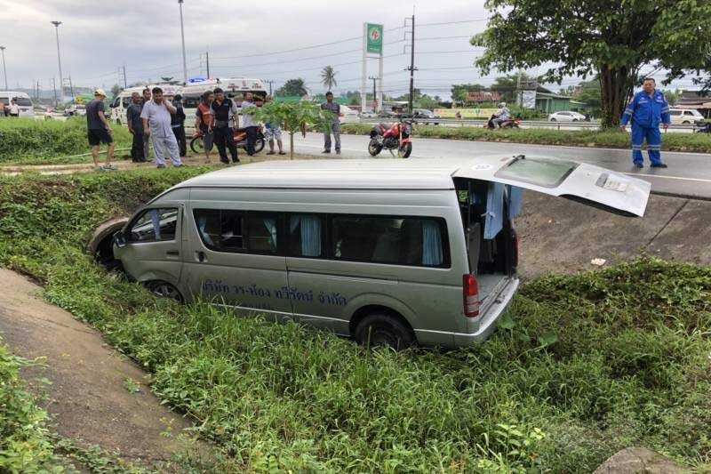 Hat Yai: 18 students injured after school van crashes into ditch | The Thaiger