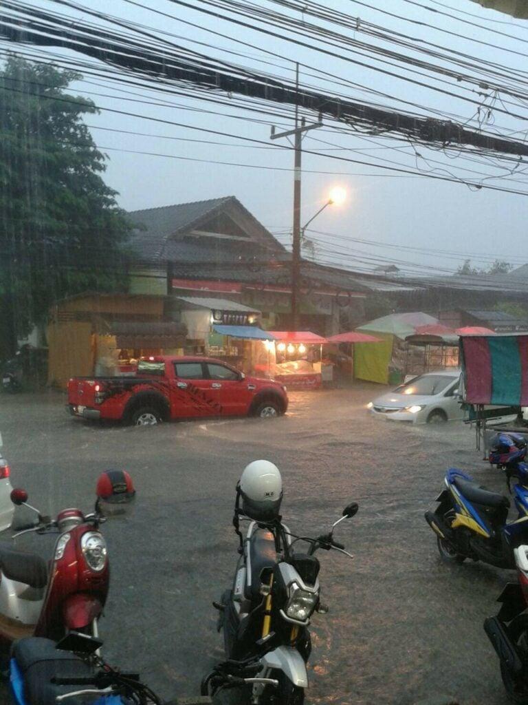 ภูเก็ตฝนถล่มหนักนานกว่า2ชั่วโมงทำน้ำท่วมหลายจุดขณะ12เที่ยวบินได้รับผลกระทบ. | News by The Thaiger