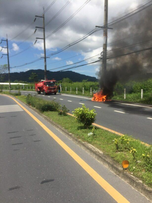 เพลิงไหม้รถสามล้อพ่วง คนขับกระโดดหนีตาย  คาดสายแก๊สหลุดทำให้ไฟลุก   The Thaiger