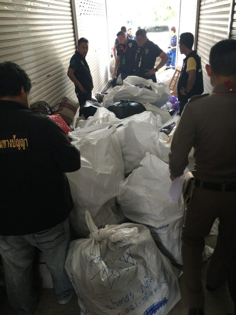 ปอศ.บุกค้นโกดังสินค้าที่ป่าตองยึดกระเป๋าปลอมมูลค่าหลายแสนบาท. | News by The Thaiger