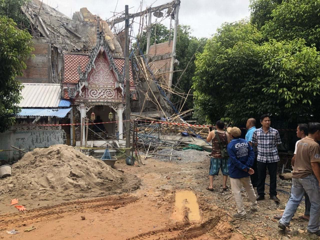 Kalasin pagoda collapse – Initial investigation points to three factors | The Thaiger