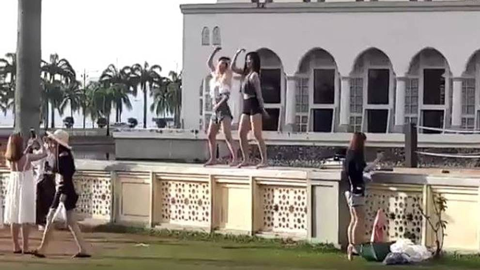 Malaysia: Chinese tourists fined for dancing in front of Kota Kinabalu mosque | The Thaiger