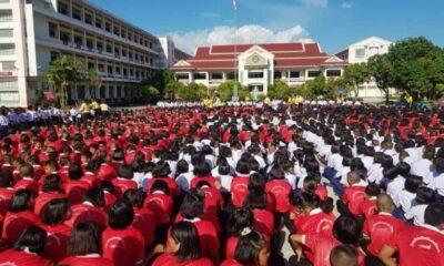 นักเรียนกว่า 4,000คน ร่วมแปลงอักษร แสดงความยินดี หลังพบทีมหมูป่า   The Thaiger