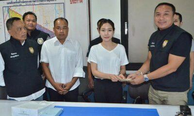 Bangkok: Police retrieve 300,000 baht left in taxi | The Thaiger