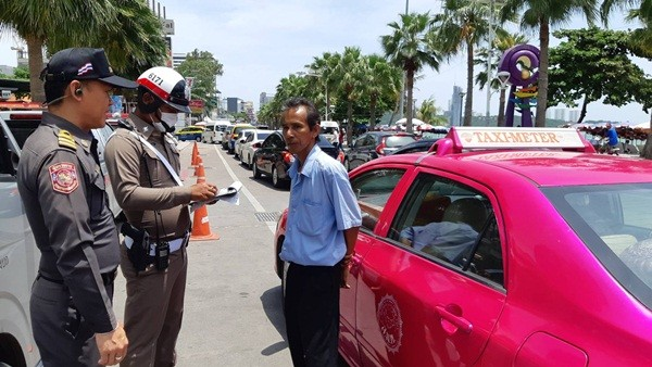 Pattaya taxi drivers fined 1,000 baht for not turning on their meter, again | The Thaiger