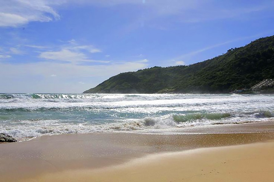 Crocodile catchers waiting for conditions to moderate at Nai Harn beach | The Thaiger