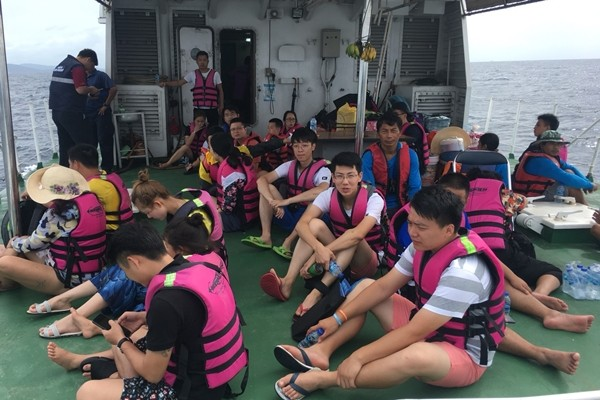 เจ้าท่าส่งเรือช่วยนักท่องเที่ยวติดเกาะราชา จ.ภูเก็ต คลื่นสูง 3 เมตร | The Thaiger