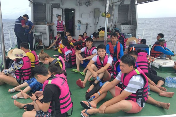 40 tourists, 3 boat crew safely back from Koh Racha | News by The Thaiger