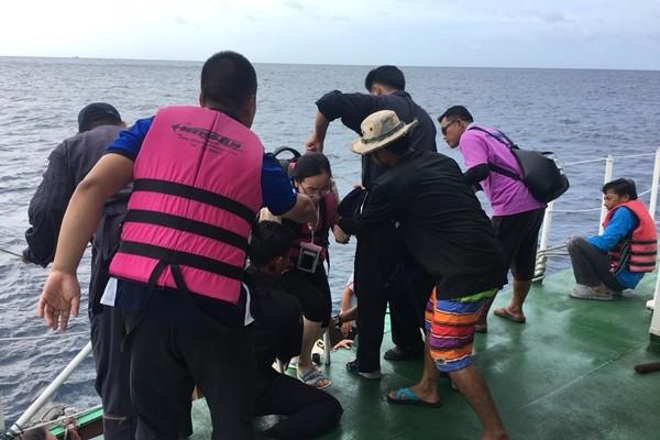 เจ้าท่าส่งเรือช่วยนักท่องเที่ยวติดเกาะราชา จ.ภูเก็ต คลื่นสูง 3 เมตร | News by The Thaiger