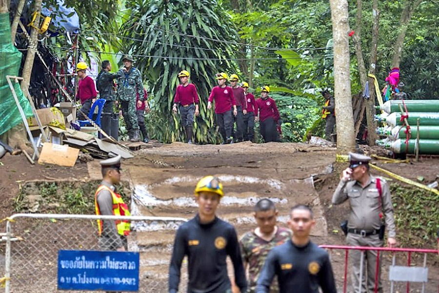 220 rescuers looking for crevices and tunnels into the cave | The Thaiger