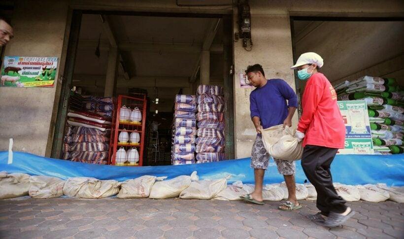 Update: Phetchaburi dam overflows reach town | The Thaiger
