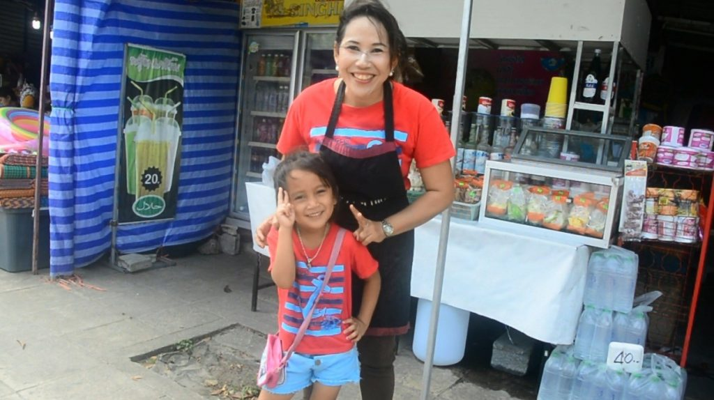 Fern helps her mum sell food in Krabi. She also speaks four languages fluently. | News by The Thaiger