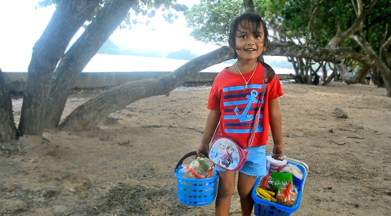 Fern helps her mum sell food in Krabi. She also speaks four languages fluently. | The Thaiger